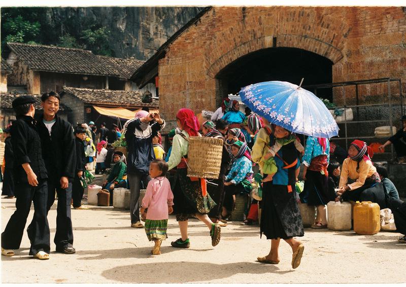 Trải nghiệm văn hóa chợ vùng cao tại phiên chợ Đồng Văn trong tour du lịch Hà Giang.